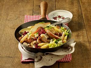 Herzhafte Wurstpfanne mit Schupfnudeln und Gorgonzola-Dip Rezept
