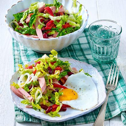 Herzhafter Wurstsalat mit Spiegeleiern Rezept