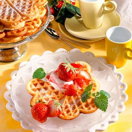 buttermilch waffeln mit erdbeeren rezept chefkoch rezepte auf kochen backen und. Black Bedroom Furniture Sets. Home Design Ideas