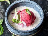 Himbeer-Blitzeis mit Kokosmilch und Basilikum Rezept