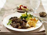 Hirschgulasch in Wacholderrahm zu Mandelbällchen und Broccoli Rezept