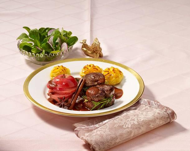 Hirschmedaillons mit Herzogin-Kartoffeln und Gewürzäpfeln Rezept