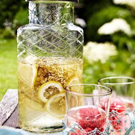 Holunderblütensirup mit Himbeer-Eiswürfel und Sekt Rezept