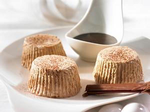Honig-Nuss-Parfait mit Schokosoße Rezept