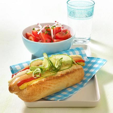 Hot Dog mit Tomatensalat und Radieschen-Vinaigrette Rezept