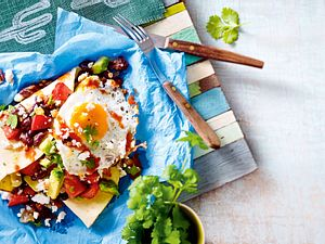 Huevos rancheros (Spiegelei in feuriger Tomatensoße mit Bohnen und Avocado auf Tortillas) Rezept