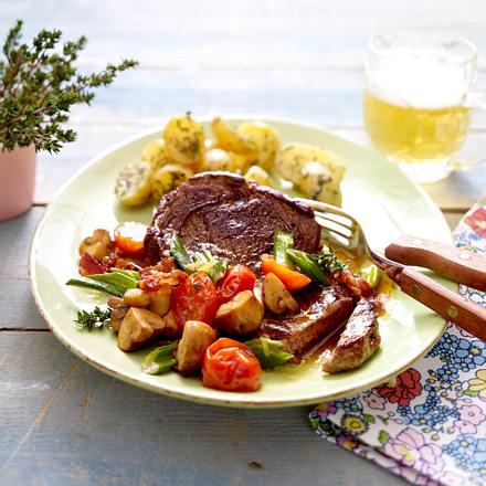 Huftsteak mit gebratenen Champignons und Thymian-Butter-Kartoffeln Rezept