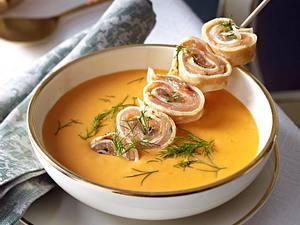 Hummer-Orangen-Suppe mit Lachs-Crespelle-Spießen Rezept