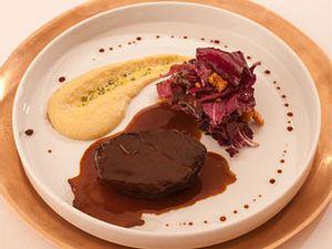 In Balsamico geschmorte Ochsenbacke mit Thymianpolenta und sautierten Radicchio (Kolja Kleeberg) Rezept