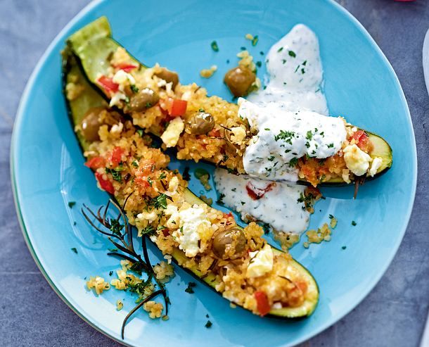 In Zucchinibötchen schippernder Feta-Oliven-Bulgur Rezept