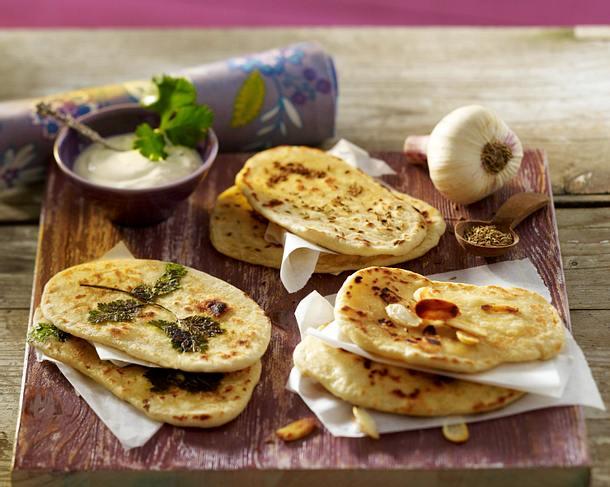 Indisches Naan-Brot aus der Pfanne mit Kümmel und Koriander zu Joghurt-Aioli