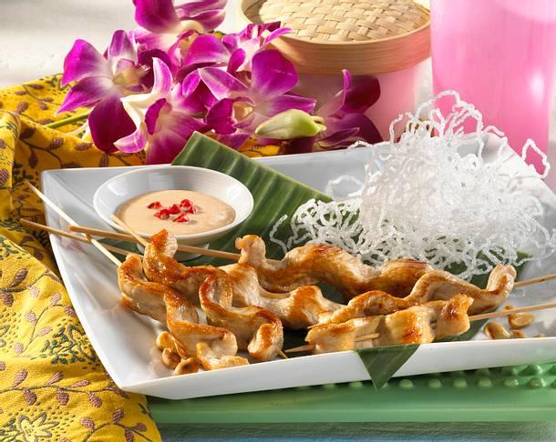 Indonesische Satéspieße mit Erdnuss-Soße und frittierten Glasnudeln Rezept