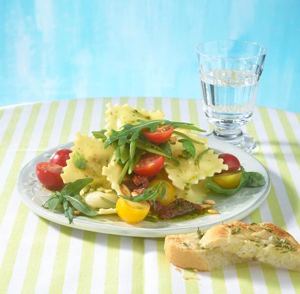 Italienischer Raviolisalat mit Parmesansticks Rezept