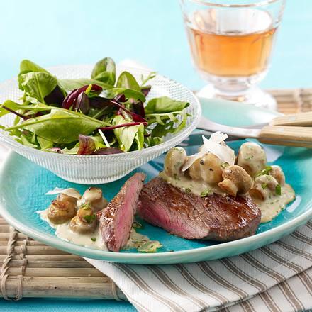 Jäger-Steak mit Champignonsoße zu Baby-Salat Rezept