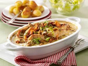 Jägerschnitzel-Auflauf mit Röstkartoffeln und grünem Salat Rezept