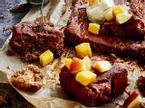 Jochens Dattelkuchen mit Vanilleeis und Früchten Rezept