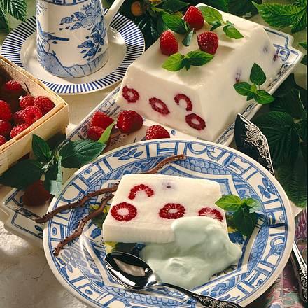 Joghurt-Creme mit Himbeeren und Minzsahne Rezept