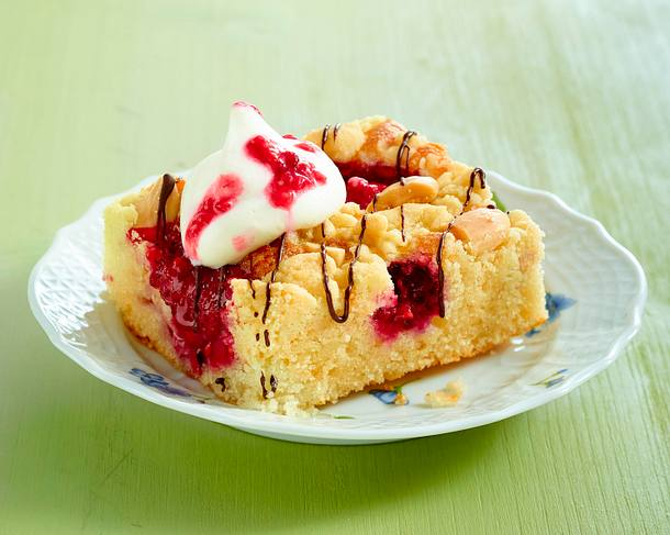 Joghurt-Grieß-Kuchen vom Blech mit Erdbeeren und Himbeeren Rezept