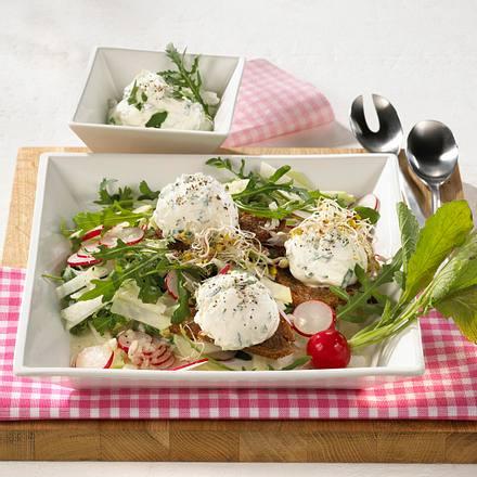 Joghurt-Rucola-Bällchen auf Salat Rezept