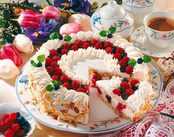 Joghurt-Torte mit Waldbeeren Rezept