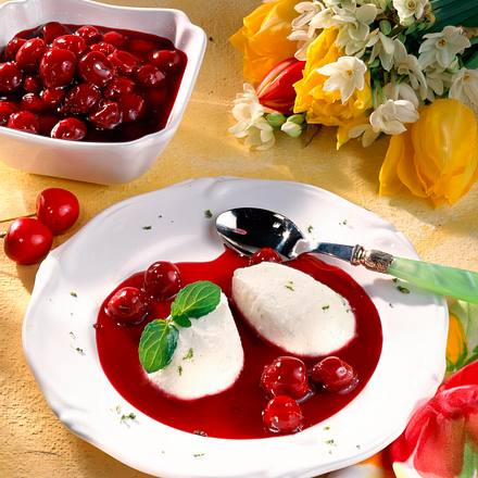 Joghurtnocken auf Kirschkompott Rezept