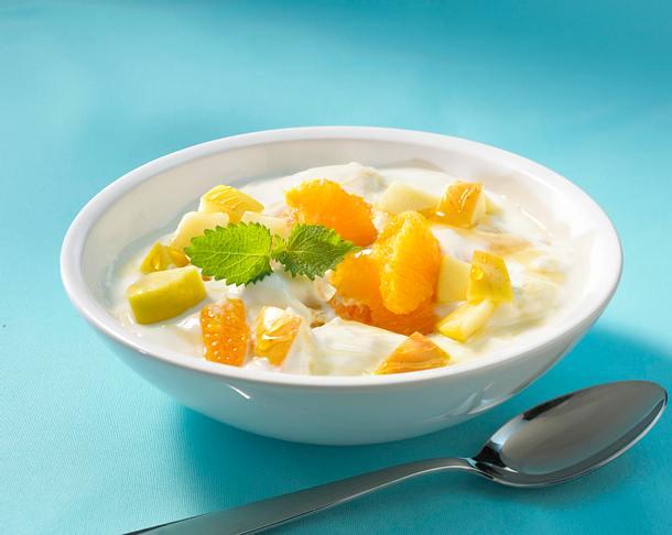 Joghurtspeise mit Orangenfilets und Apfelwürfeln Rezept