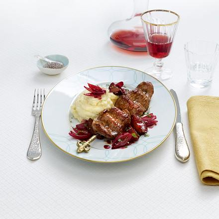 Johann Lafer: Filetspieß mit karamellisierten Zwetschgen und Pastinaken-Zimtblüten-Püree Rezept