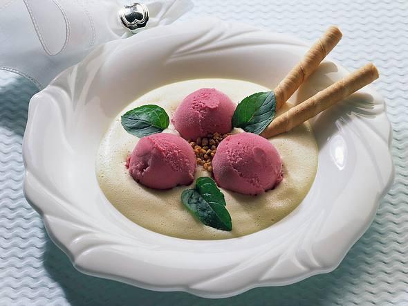 Johannisbeer-Eis mit Sekt-Creme Rezept