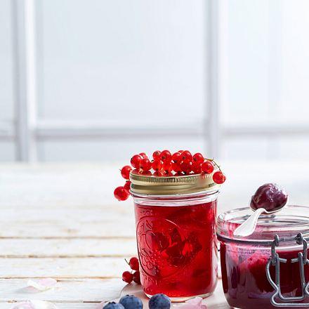 Johannisbeer-Gelee mit Rosenblüten und Blaubeer-Curd Rezept