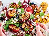 """""""Just Wanna Have Sun""""-Salat mit Pfirsich und Mais vom Grill Rezept"""