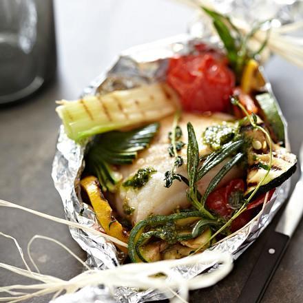Kabeljau mit Gemüse und Pesto in Alufolie gebacken Rezept