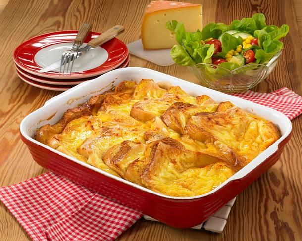 Käse-Brot-Auflauf mit Salat Rezept