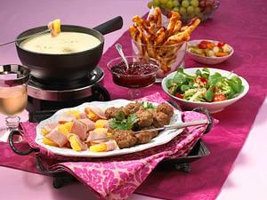 """Käse-Fondue mit Hawaiipäckchen, Pizzastangen und Frikadellen """"Köttbullar"""" Rezept"""