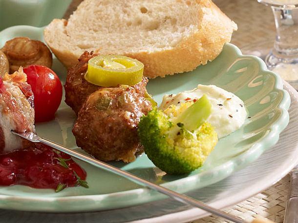 Käse-Hackbällchen mit Avocadodip Rezept