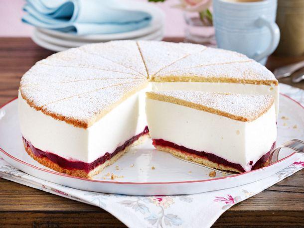 Käse-Sahne-Torte mit Preiselbeeren Rezept | LECKER