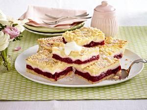 Käse-Streuselkuchen vom Blech mit Kirschkompott Rezept