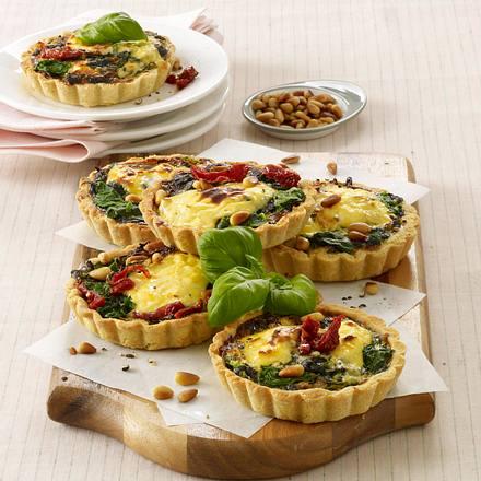 Käse-Tarteletts mit Spinat und Pinienkernen Rezept