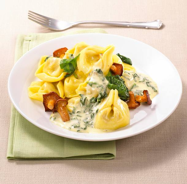 Käse-Tortellini mit Spinat-Pilz-Soße Rezept