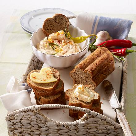 Käsecreme mit selbst gebackenem Brot Rezept