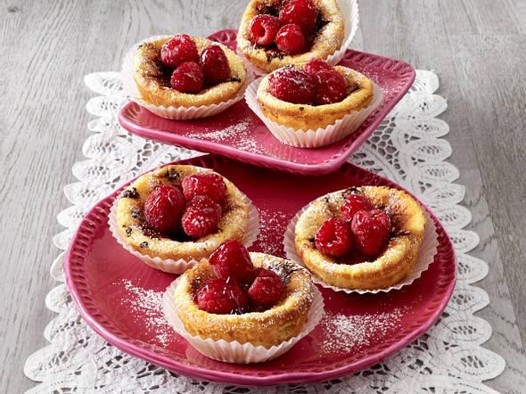 Käsekuchen-Muffins mit Schokostückchen und Himbeeren Rezept