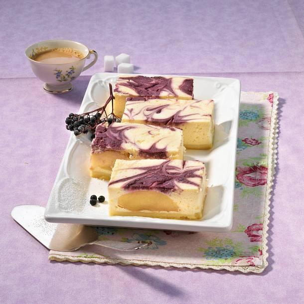 Käsekuchen vom Blech mit Holunderbeeren und Äpfeln Rezept