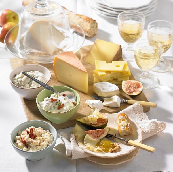 Käseplatte und dreierlei Dips Rezept