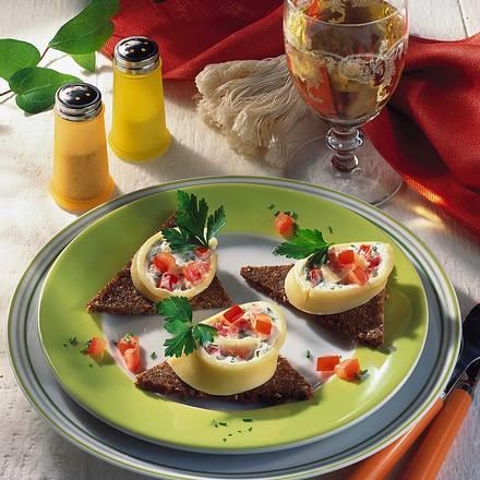 Käseröllchen auf Pumpernickelecken Rezept