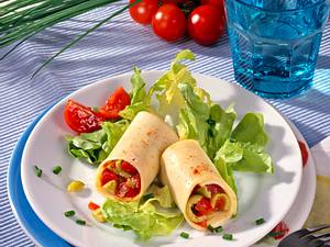 Käseröllchen mit Tomaten-Schnittlauch-Salat gefüllt Rezept