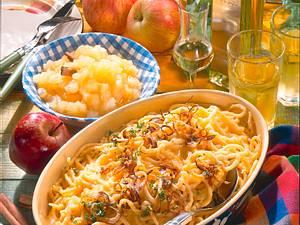 Käsespätzle mit Apfel-Kompott Rezept