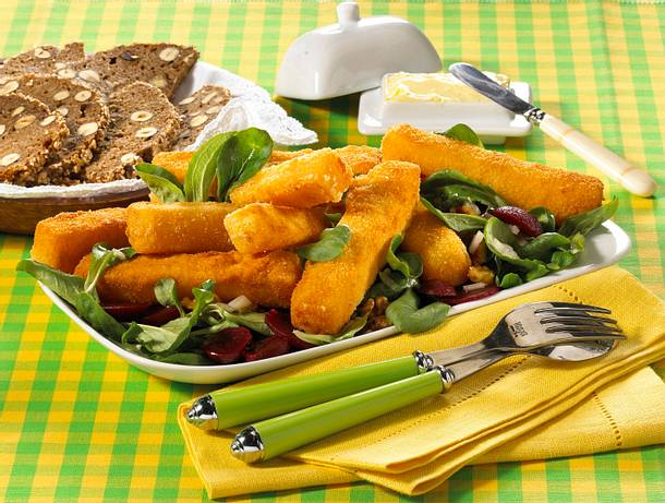 Käsesticks auf Salat Rezept