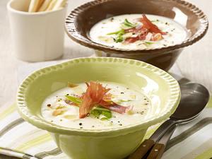 Käsesuppe mit Parmaschinken, Lauchzwiebeln und Mandeln Rezept