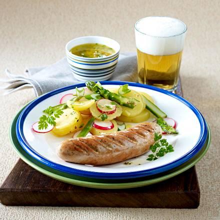 Kalbsbratwurst auf Frühlingskartoffelsalat mit Senf-Vinaigrette Rezept