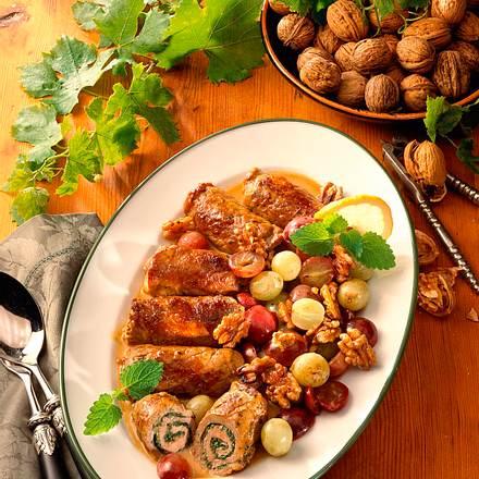 Kalbsfleischröllchen zu Trauben-Walnuss-Gemüse Rezept