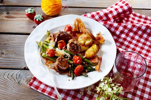 Kalbsrouladen mit gebratenem Spargel und Backkartoffeln Rezept
